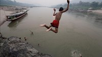 Children play in the Mekong River. Photo credit: Suthep Kritsanavarin/International Rivers