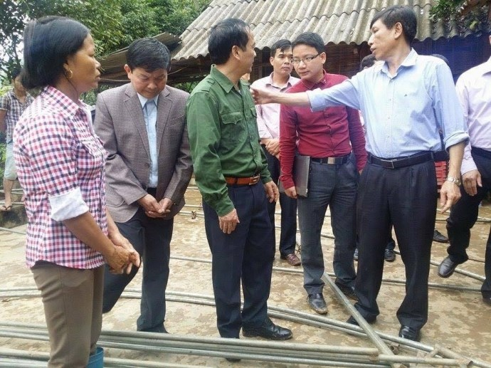 Local officials visit Pham Chi Thanh's family in Yen Bai Province. Photo credit: Giao Thong