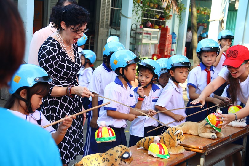 Rena Bitter, US Consul General in Ho Chi Minh City, plays a game with children at Tan Hiep Primary School in Ho Chi Minh City on November 17, 2015. Photo: Khanh An