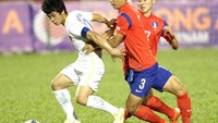 Cong Phuong (L) vies for the ball with two South Korean players at a U21 International Football Championships match on November 20.