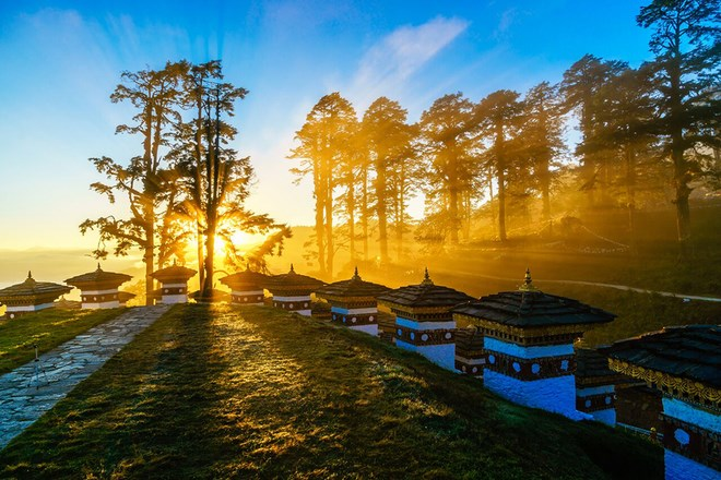 "The photo ""Dawn on Dochu La Pass"" by photographer Nguyen Thanh Tung"