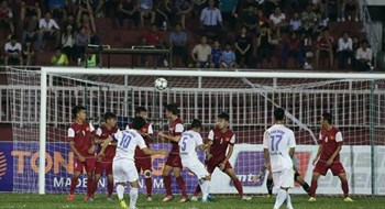 Cong Phuong (10) scored a goal for Hoang Anh Gia Lai from a free kick. Photo: Thanh Nien