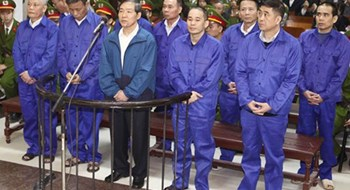 Duong Chi Dung (C), former chairman of state shipping giant Vinalines, stood an appeal trial in Hanoi last April. He and one of his subordinates were sentenced to death for embezzling VND10 billion (US$474,000) each in a dock scam busted in May 2012. Photo: Manh Quan