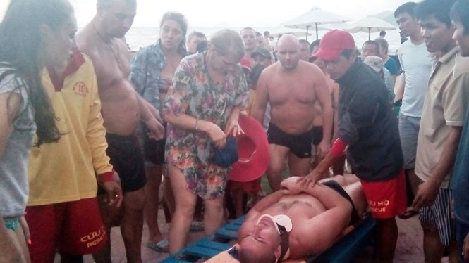 Tourists run gauntlet of rough seas in Da Nang, many injured