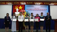 Deputy Minister of Science and Technology Tran Viet Thanh (R) grants Intellectual Asset Management Certificates under the Intellectual Assets Developing Program.
