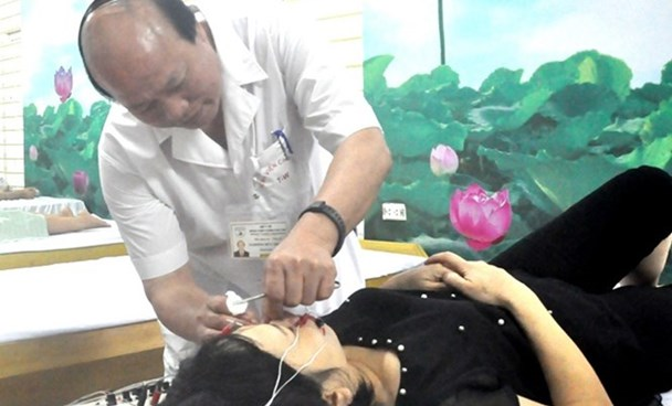 A doctor examines a patient at the National Acupuncture Hospital in Hanoi. Photo: Thuy Hang