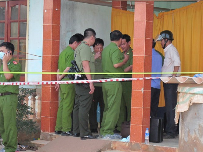 Police investigate the crime scene in Long An's Can Giuoc District. Photo: An Long