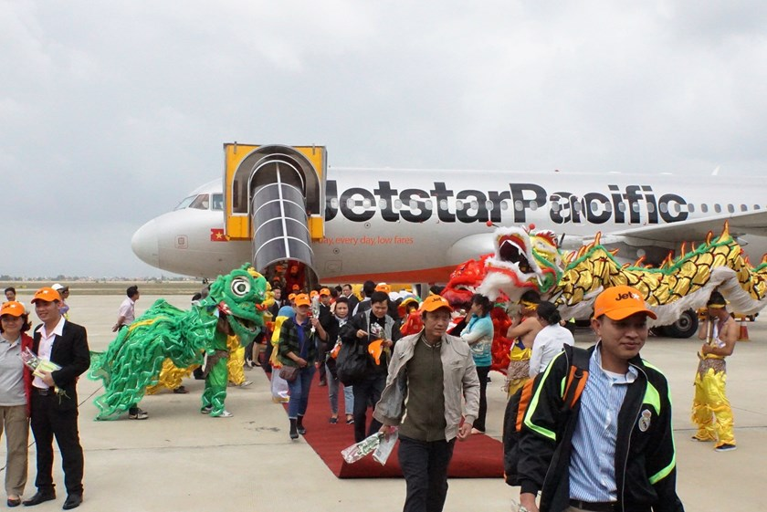 Passengers arrive in Tuy Hoa on a Jetstar Pacific flight from Hanoi. Photo courtesy of Jetstar Pacific
