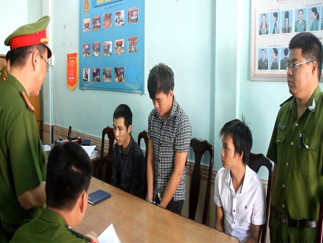 Hanoi police interrogate suspects in the scam. Photo: Ha An