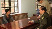 Chu Van Cuong is interrogated by forest protection officers. Photo credit: Zing.vn
