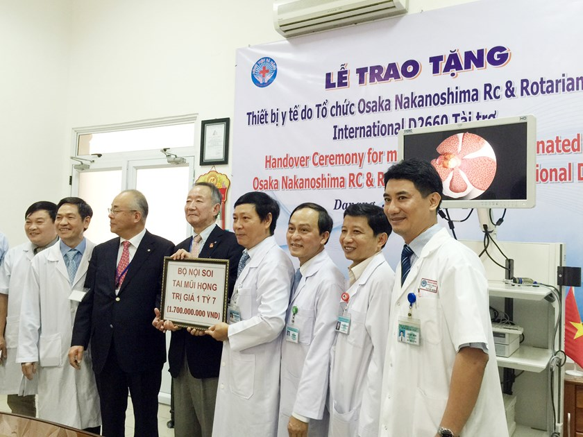 Representatives from the NGO Osaka Nakanoshima RC & Rotarian Rotary International D2260 donates the medical equipment to Da Nang Hospital on January 11, 2016. Photo: Nguyen Tu