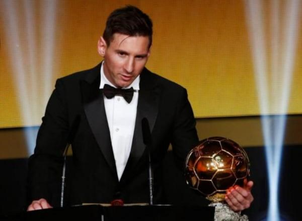 FC Barcelona's Lionel Messi of Argentina holds the World Player of the Year award during the FIFA Ballon d'Or 2015 ceremony in Zurich, Switzerland, January 11. Photo: Reuters