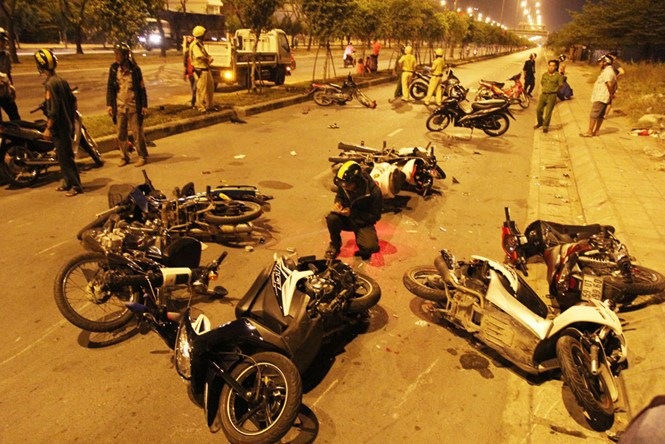 Several motorbikes were seriously damaged in the crash. Photo: Ma Phong