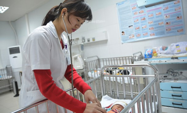 A newborn baby is being treated at the Nghe An General Hospital after his family heated their house with charcoal. Photo: Hoang Yen