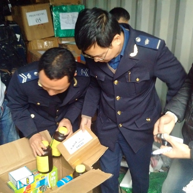 Customs officers inspect products in the container. Photo credit: Tien Phong