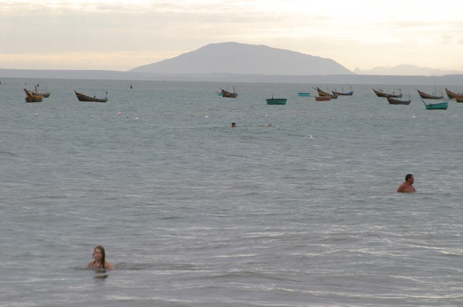 Tourists swim in Mui Ne. Photo: Que Ha