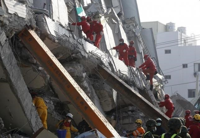 Rescue personnel work at the site where a 17 story apartment building collapsed from an earthquake in Tainan, southern Taiwan, February 7, 2016.