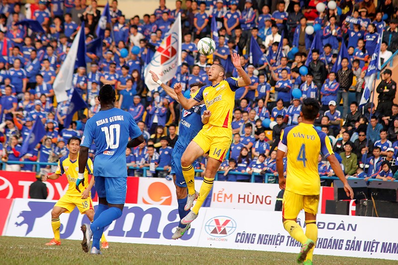 Quang Ninh lost 1-2 to Sanna Khanh Hoa at a V.League first round match at Cam Pha Stadium on February 21, 2016. Photo: Nguyen Hieu