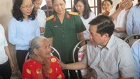 Ho Chi Minh City Party Unit chief Dinh La Thang (R) talks with  Vietnam's Heroic Mother Nguyen Thi Em, 81, in Tan Thong Hoi Commune, Cu Chi District on February 18, 2016. Photo: Trung Hieu