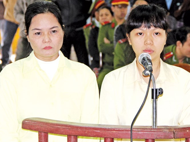 Pham Thi Nga (L) and her daughter Pham Thi Bich Phuong at the trial in Da Nang on February 27, 2016. Photo: Nguyen Tu