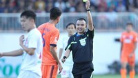 Referee Phung Dinh Dung issues a yellow card in a V.League match between Hoang Anh Gia Lai and SHB Da Nang in Pleiku on February 28. Photo: Bach Duong