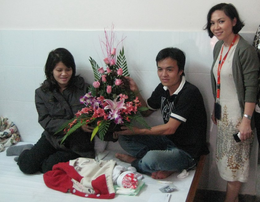 Jetstar Pacific representatives gifting flowers to Nguyen Thi Lap who gave birth on a flight in 2011. Photo credit: Jetstar Pacific