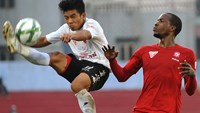 Hai Phong's Errol Steven (R) vies for the ball with a Can Tho player. Photo credit: VPF