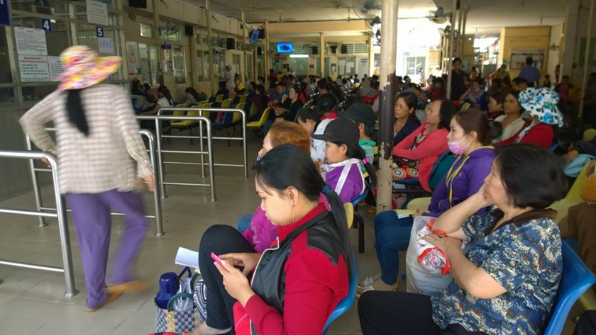 Patients wait at an overcrowded hospital in Ho Chi Minh City. Photo: Khanh An