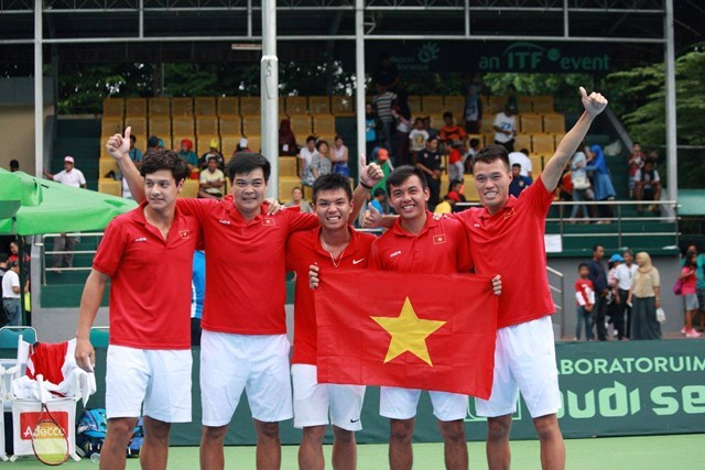 Vietnamese tennis players celebrate victory over Indonesia on March 6, 2016. Photo: Hoang Quynh