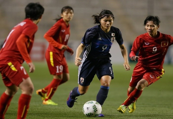 Japan's Nahomi Kawasaumi faces several Vietnam defenders in an attack. Photo credit: AFC