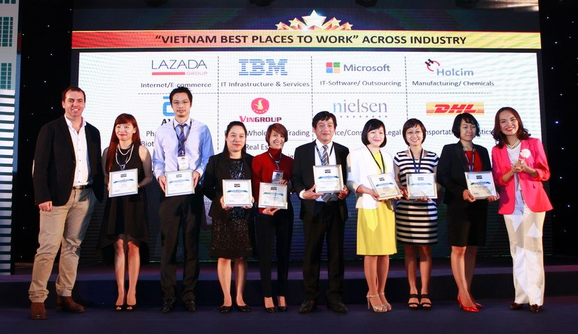 Representatives of enterprises are honored at the ceremony. Photo: Khanh An