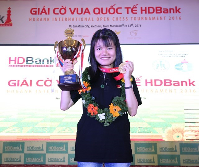 Pham Le Thao Nguyen on the podium at the 6th HD Bank Cup International Chess Open tournament. Photo: Bach Duong