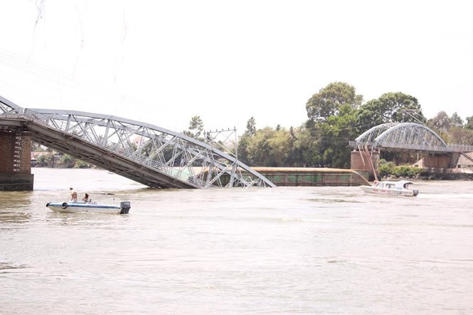 The Ghenh bridge in Dong Nai Province collapsed at noon on March 20, 2016 after being hit by a barge. Photo: Xuan Duc