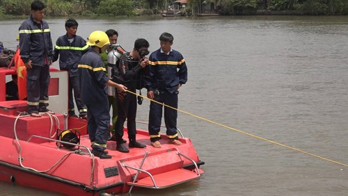 Rescuers are searching for Loc, who allegedly went missing in the river while attempting to rescue his drowing dog. Photo credit: Cuu Long/VnExpress