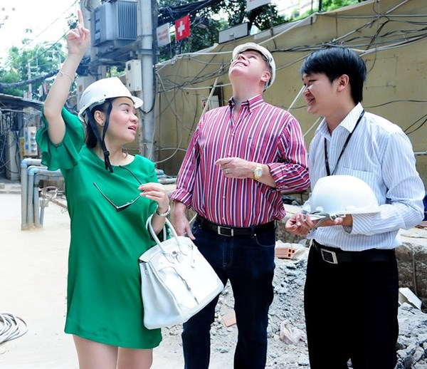 Singer Thu Minh (L) and her husband (C) visited the Léman Luxury Apartments construction site in 2015. Photo credit: Lam Khanh/Tri Thuc Tre