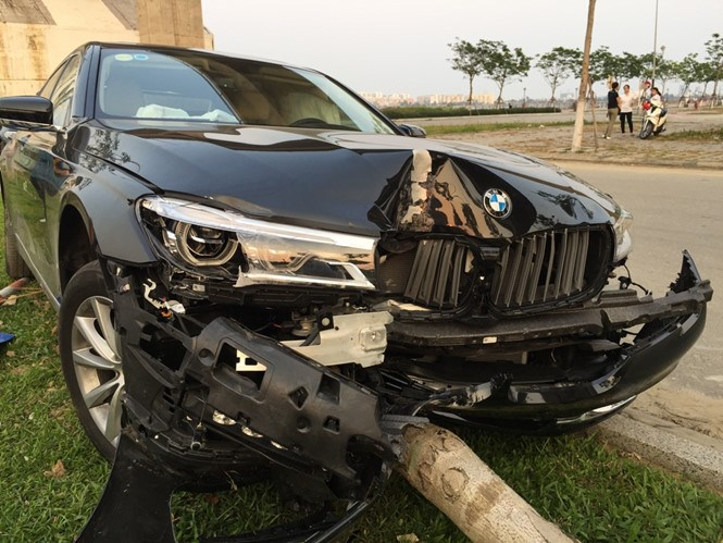 The car only stopped after hitting and felling a traffic sign post and a tree. Photo: Nguyen Tu