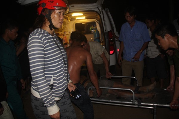 A victim of the gold mine collapse is being taken to the hospital. Photo credit: Lao Dong