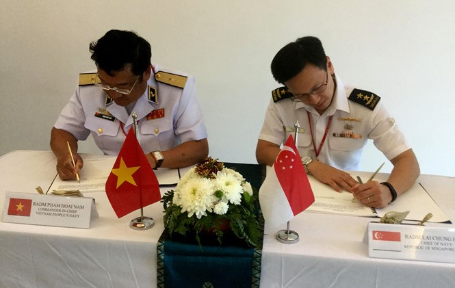 Rear Admiral Pham Hoai Nam, commander of the Vietnam People's Navy and Rear Admiral Lai Chung Han of Singapore Navy signed the agreement on April 13. Photo: Tan Huong