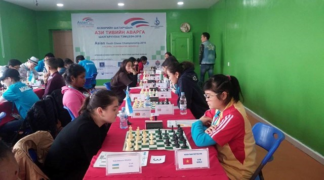 Nguyen Thanh Thuy Tien (R) competing at the 2016 Asian Youth Chess Championships. Photo: Ngoc Anh