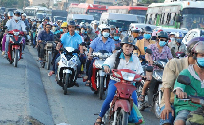 Traffic congestion on the National Highway 1A in Ho Chi Minh City's Binh Chanh District on April 18, 2016. Photo: An Huy/Thanh Nien