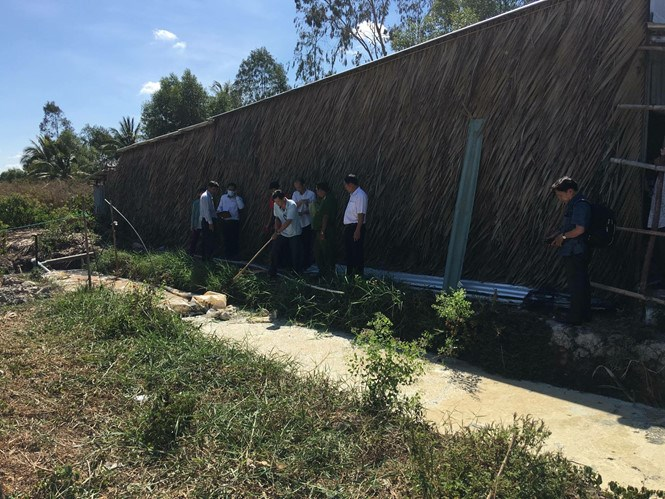 Local officials inspect the biogas system that has allegedly leaked and suffocated 3 people in Ca Mau Province on April 23. Photo: Gia Bach