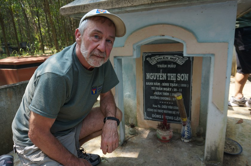 Former American soldier Neil Hannan visits the grave of Nguyen Thi Son, a Vietnamese woman he rescued in the Vietnam War in 1968. Photo: An Dy/Thanh Nien