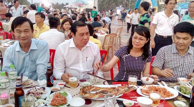 Da Nang senior officials eat seafood to promote the product consumption in the city. Photo credit: Doan Cuong/Tuoi Tre