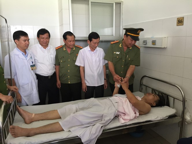 Officials of Can Tho City and Can Tho Police Department visit senior lieutenant Le Quoc Dung at Can Tho General Hospital on May 3, 2016. Photo: Mai Tram/Thanh Nien