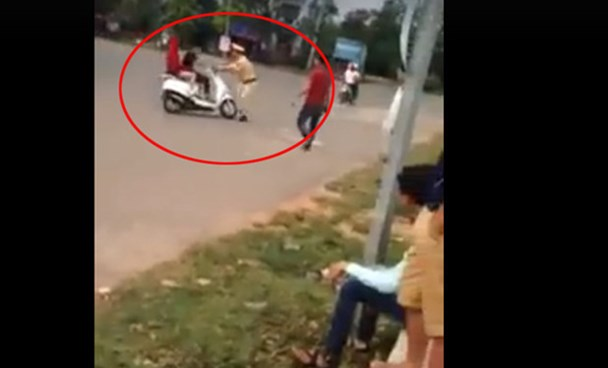 The traffic police officer being crashed while trying to pull over a scooter in Vinh Phuc Province on May 1, 2016