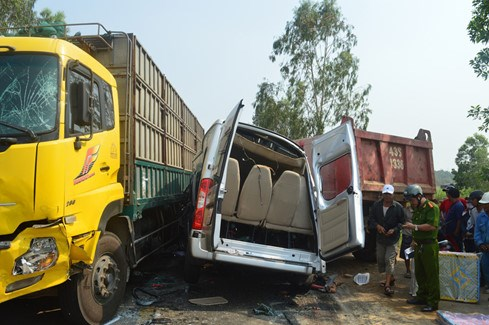 A traffic accident between a bus and two trucks in Quang Ngai Province on May 3, killing 4 people and injured 6 others. Photo: Hien Cu/Thanh Nien