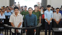Huynh Ngoc Tong (R) and Pham Xuan Binh stand trial in Dong Thap Province on May 17, 2016. Photo: Thanh Dung