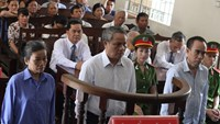 Tran Lac Canh (C) and two others stand trial in Tay Ninh Province on May 23, 2016. Photo: Giang Phuong/Thanh Nien