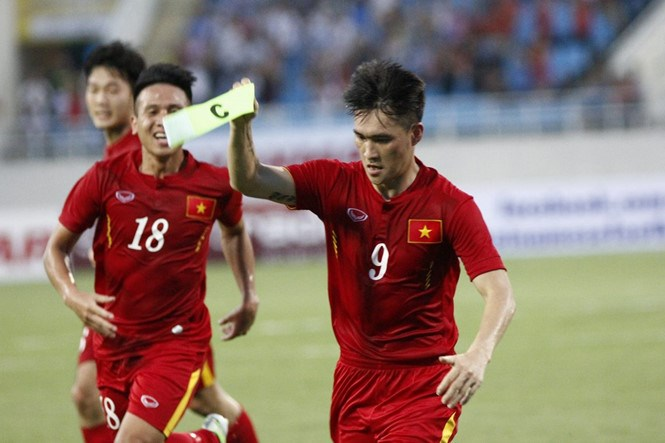 Cong Vinh (R) celebrates a goal against Syria in a friendly match in Hanoi on May 31. Photo: Le Tan