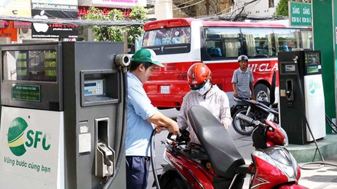 The retail price of 92-RON went up 4.3 percent to VND16,509 (74 US cents) a liter since June 4. Photo: Thanh Nien